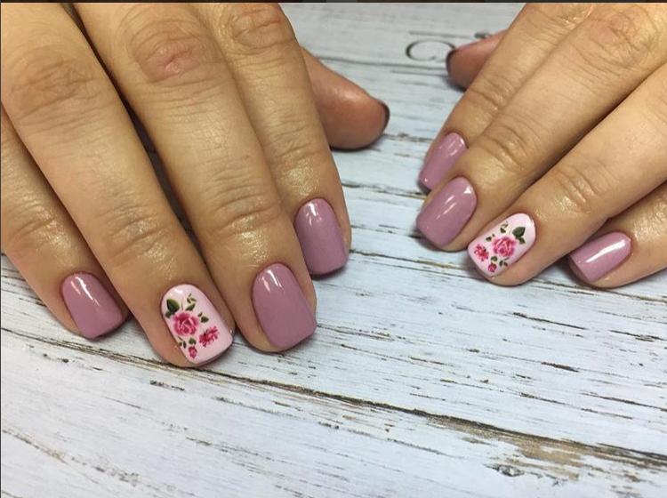Фото как клеить слайдеры на ногти, сделано ученицей курсов маникюра и педикюра школы красоты Оксаны Демченко