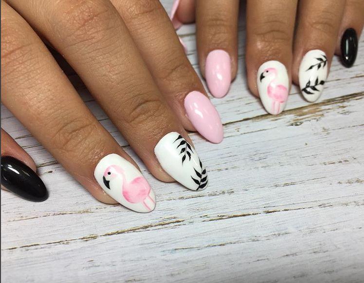 Фото дизайна с фламинго, работа ученицы школы маникюра и наращивания ногтей Оксаны Демченко (Украина, Киев)