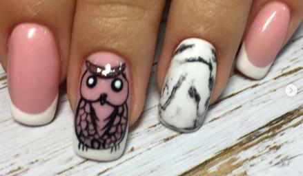 """Фото наращивания ногтей с дизайном """"мрамор на ногтях"""" и рисунком сова. Сделано в школе маникюра и наращивания ногтей (Киев)"""